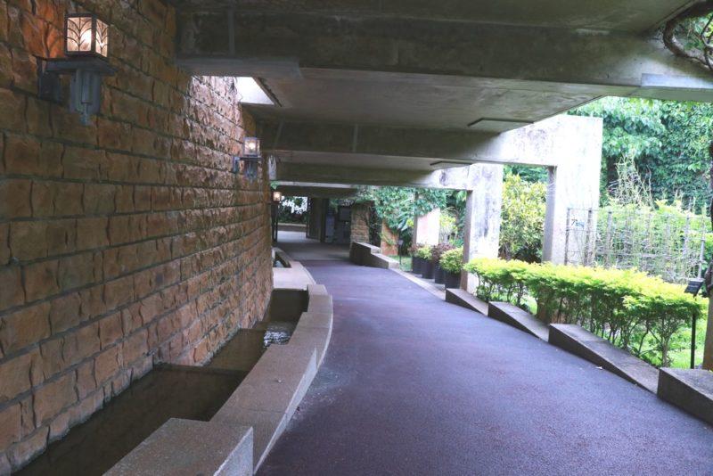 熱帯ドリームセンター内の通路。園内は舗装されていてバリアフリー対応