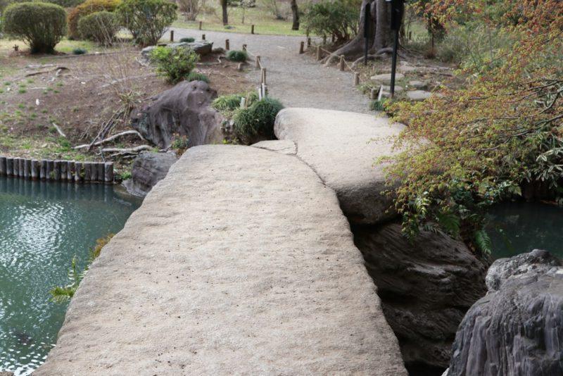 六義園の渡月橋は大岩を使った石橋