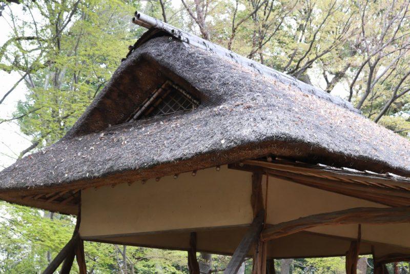 六義園のつつじ茶屋はひっそりと佇む味のある建物